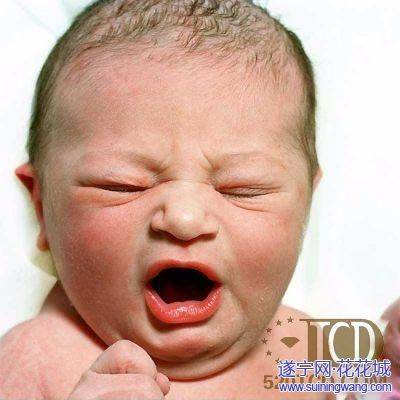 刚出生的婴儿是这个样子的 各位妈妈们还记得你们孩子出生那可爱的模