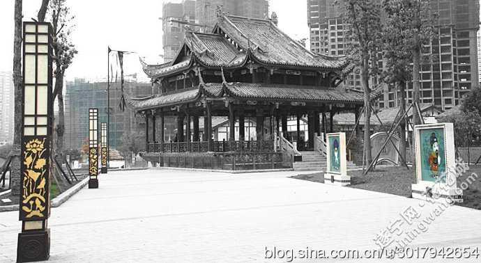 西部唐都,遂宁现代仿古建筑.虽然房檐下灯笼高挂,但门
