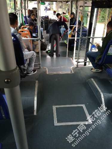 遂宁公交司机自己打扫车上卫生图片
