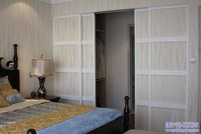 主卧室通向衣帽间,卫生间的推拉门