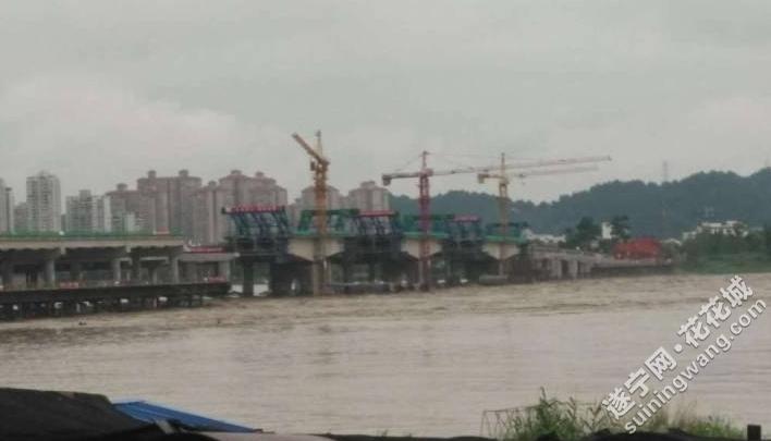 通善大桥8跨钢便桥被冲垮,东岸钢便桥已变形