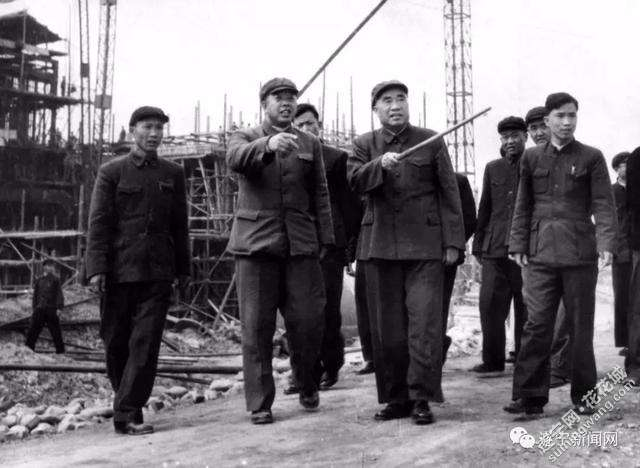 1960年3月朱德视察川中油矿.jpg