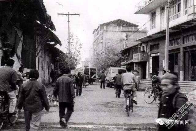 八十年代遂宁城市中的交通工具.jpg